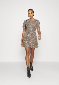 Miss Selfridge - CLUSTER FLORAL DRESS - Denní šaty - black - 1