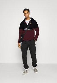 Ellesse - FRECCIA - Fleece jumper - black/burgundy - 1