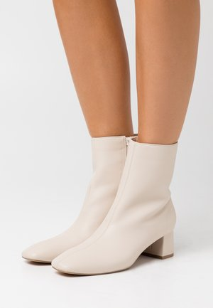 SQUARED SLANTED TOE LOW BOOTS - Classic ankle boots - beige