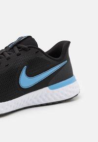 Nike Performance - REVOLUTION 5 EXT - Zapatillas de running neutras - black/coast/dark smoke grey/white - 5