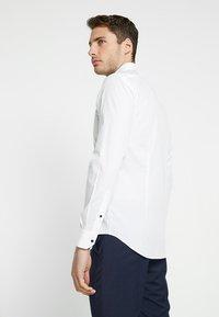 Tommy Hilfiger Tailored - POPLIN CLASSIC SLIM FIT - Formální košile - white - 2