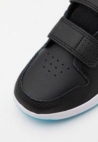 Nike Performance - PICO 5 UNISEX - Obuwie treningowe - black/chlorine blue/high voltage/white - 5