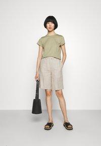 Filippa K - EDNA - Jednoduché triko - sage green - 1