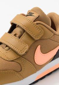 Nike Sportswear - RUNNER 2 - Sneakersy niskie - wheat/orange pulse/black/white - 2