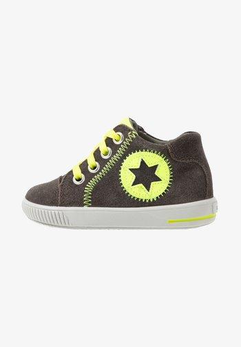 MOPPY - Baby shoes - braun/gelb