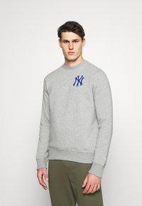 Fanatics - MLB NEW YORK YANKEESSUMMER CAMP GRAPHIC CREW - Sweatshirt - sports grey - 0