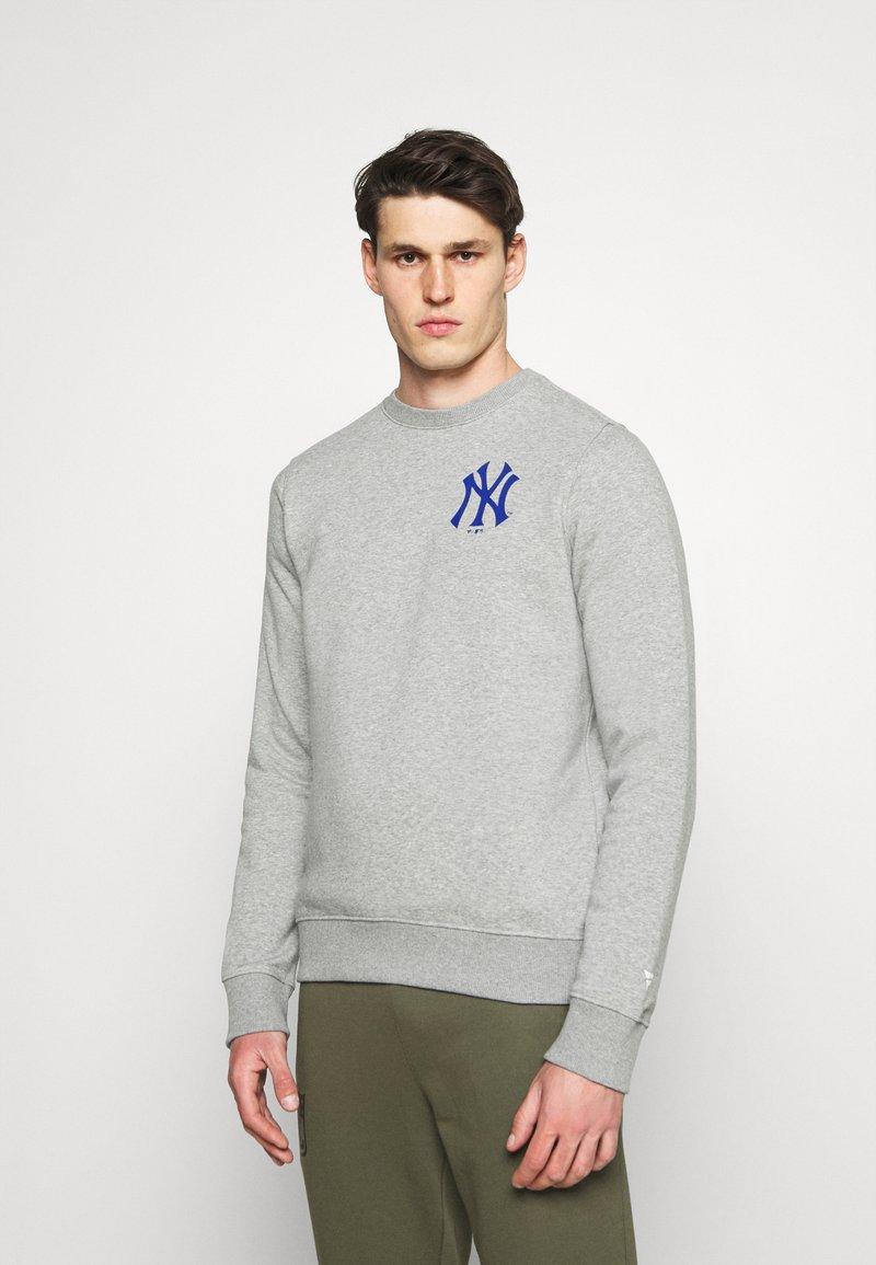 Fanatics - MLB NEW YORK YANKEESSUMMER CAMP GRAPHIC CREW - Sweatshirt - sports grey