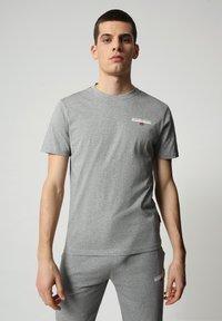 Napapijri - S-ICE SS - Print T-shirt - medium grey melange - 0