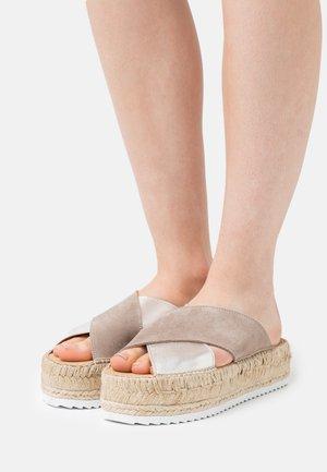 CROISETTE BI-COLOR - Pantofle - sable