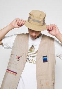 adidas Originals - CAMO INFILL TEE - T-shirt con stampa - white/wild pine - 3