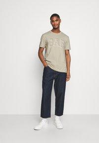 GAP - RAISED ARCH - Print T-shirt - oat beige - 1