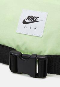 Nike Sportswear - AIR HERITAGE UNISEX - Ledvinka - liquid lime/black - 3