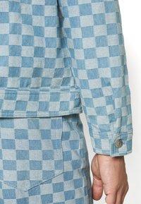 Vintage Supply - CHECKERBOARD TRUCKER JACKET - Kurtka jeansowa - blue - 3