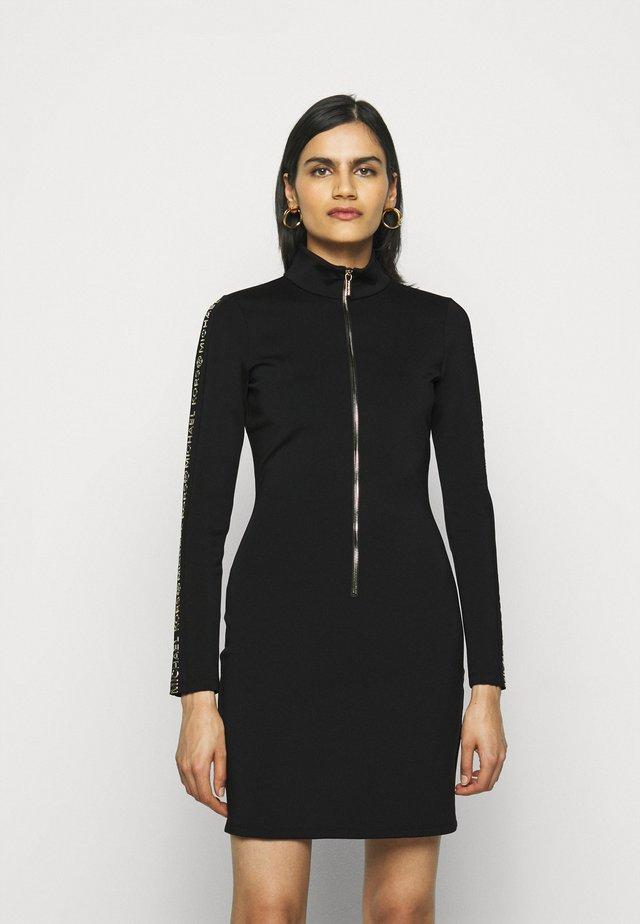 LOGO - Žerzejové šaty - black/gold