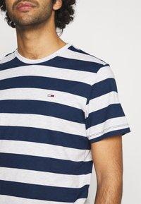 Tommy Jeans - HEATHER STRIPE TEE - Print T-shirt - twilight navy - 5