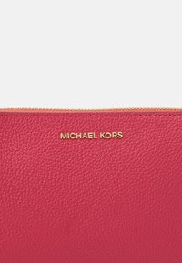 MICHAEL Michael Kors - JET SET MEDIUM CHAIN POUCHETTE - Torebka - pink - 5