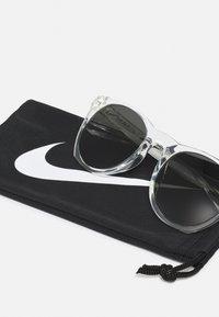 Nike Sportswear - ESSENTIAL HORIZON UNISEX - Zonnebril - clear/white/dark grey - 3