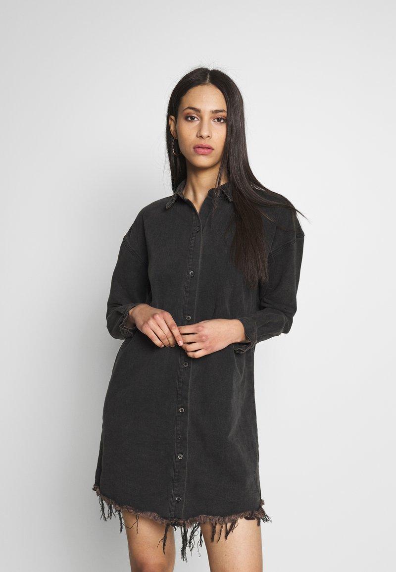 Missguided Tall - OVERSIZED DRESS STONEWASH - Denimové šaty - black