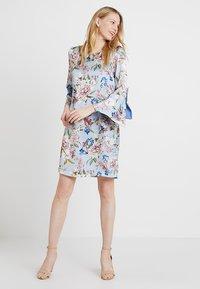Apart - PRINTED DRESS - Robe d'été - light blue - 1