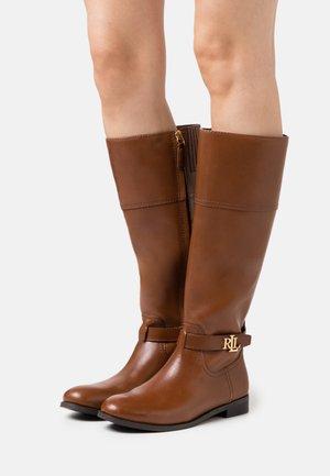 BAYLEE - Vysoká obuv - deep saddle tan