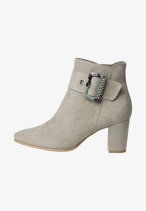 Kotníkové boty na klínu - moss comb