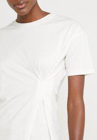 BLANCHE - MAIN TUCK - Print T-shirt - ecru - 5