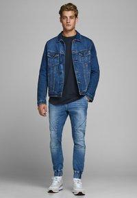 Jack & Jones - JJECURVED TEE O NECK - T-shirts basic - navy blazer - 1