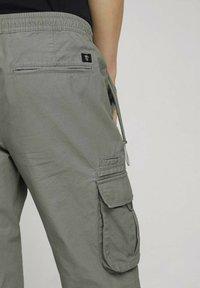 TOM TAILOR DENIM - Cargo trousers - greyish shadow olive - 3