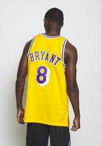 Mitchell & Ness - NBA KOBE BRYANT LA LAKERS 96-97 SWINGMAN - Club wear - light gold - 2
