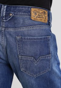 Diesel - LARKEE 008XR - Jeans Straight Leg - 01 - 4