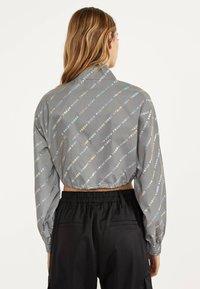 Bershka - REFLEKTIERENDE CROPPED-JACKE 01242644 - Summer jacket - light grey - 2