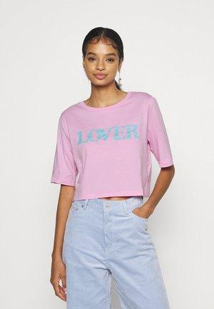 VIVULKAN CROPPED - Print T-shirt - pink/blue