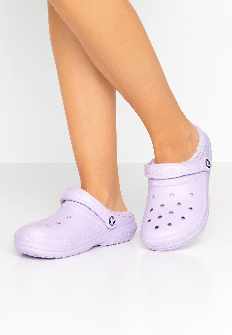 Crocs - CLASSIC LINED - Slippers - lavender