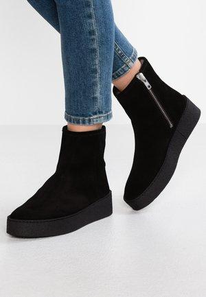 5831 - Kotníkové boty na platformě - black