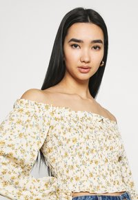 Missguided - FLORAL FRILL DETAIL SHIRRED CROP - Blouse - cream - 4