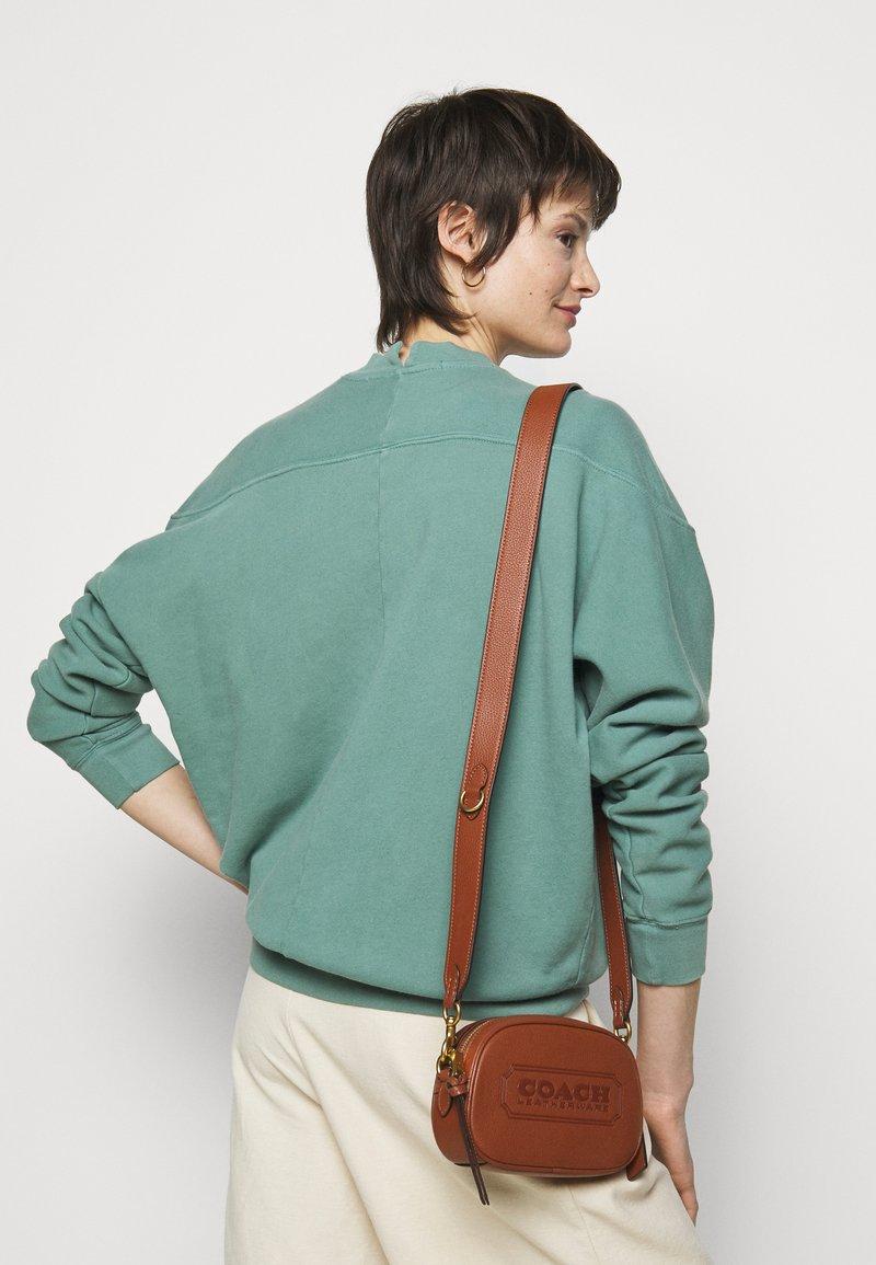 Coach - BADGE CAMERA CROSSBODY - Across body bag - saddle