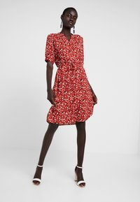 Selected Femme Tall - SLFPOPPY DAMINA DRESS - Shirt dress - chili oil - 1