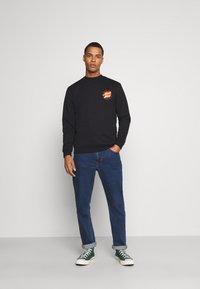 Santa Cruz - FLAMING JAPANESE DOT CREW UNISEX - Sweatshirt - black - 1