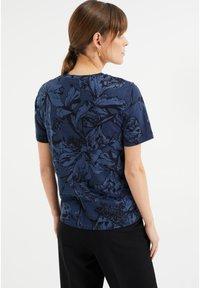 WE Fashion - MET BLOEMENDESSIN - Print T-shirt - blue - 2