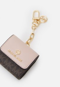 MICHAEL Michael Kors - TRAVEL ACCESSORIES CLIPCASE FOR AIRPODS - Keyring - brown/sof tpink - 4