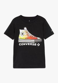 Converse - PRINTED SNEAKER TEE - T-shirt z nadrukiem - black - 0
