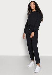 Vero Moda Petite - VMNATALIA SET - Sweatshirt - black - 3