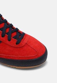adidas Originals - UNISEX - Matalavartiset tennarit - red/collegiate navy/gold - 4