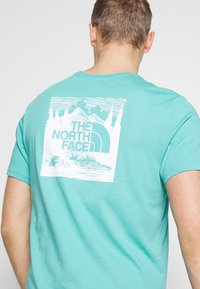 The North Face - REDBOX CELEBRATION TEE - Triko s potiskem - lagoon - 5