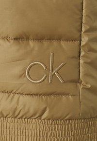 Calvin Klein Golf - SERRA GILET - Vesta - old gold - 2