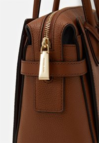 MICHAEL Michael Kors - MERCER BELTED SATCHEL - Kabelka - luggage - 5