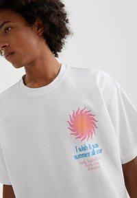PULL&BEAR - MIT SONNE - Print T-shirt - white - 2