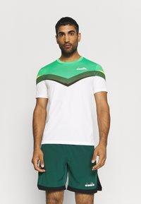 Diadora - CLAY - Camiseta estampada - holly green/white/bistro green - 0