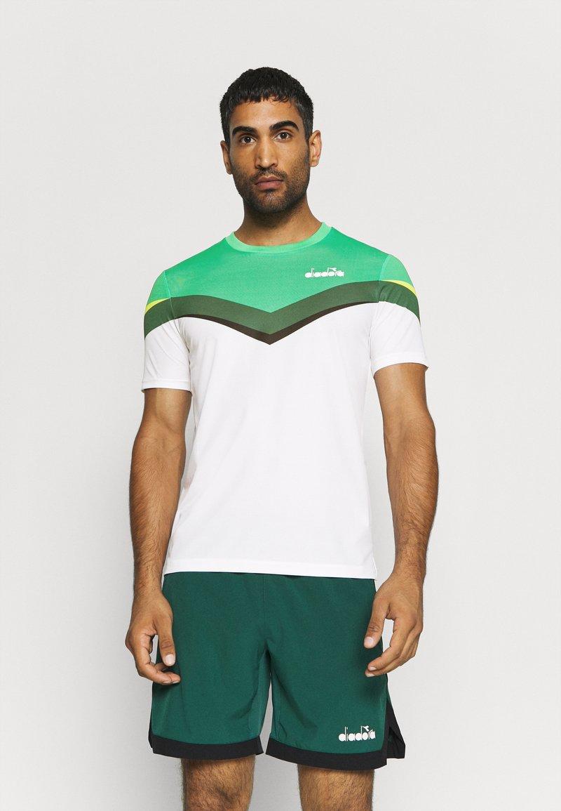 Diadora - CLAY - Camiseta estampada - holly green/white/bistro green
