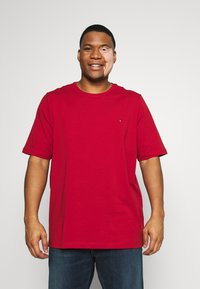 Tommy Hilfiger - SLIM FIT TEE - T-shirt - bas - red - 0